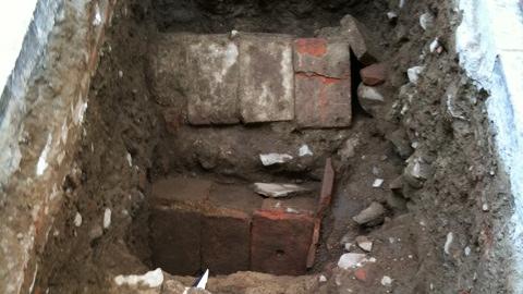 Tre tombe medievali trovate in piazza duomo a pistoia for Mobili medievali