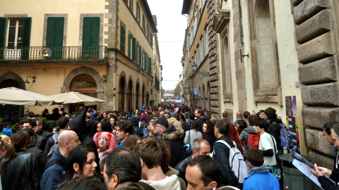 Piazza napoleone invasa dal popolo di Lucca Comics and Games