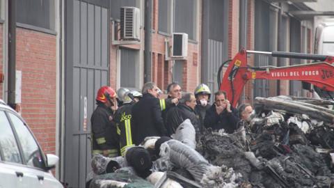 incendio fabbrica Macrolotto (foto da pagina FB del Presidente Enrico Rossi)