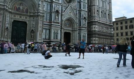 Maltempo in Toscana: bomba d'acqua a Firenze e tromba marina in Versilia