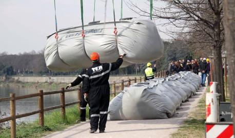 Arno Firenze: argini gonfiabili contro l'alluvione