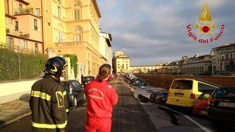 vigili fuoco al lavoro su lungarno torrigiani
